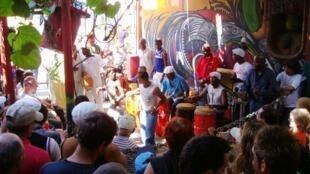 Raia wa Cuba wakifurahia muziki kama sehemu ya utamaduni
