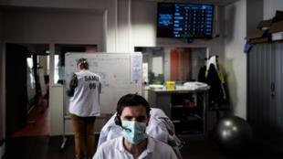 Un sanitario atiende llamadas en el servicio de emergencias de un hospital de la ciudad francesa de Lyon el 19 de marzo de 2020