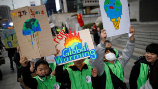 Jovens se manifestaram em Seoul nesta sexta-feira(15) para pedir medidas contra a mudança climática.