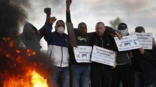 Em protesto raro, 350 agentes penitenciários franceses bloqueiam presídio de Fleury-Mérogis, ao sul de Paris, para denunciar superlotação carcerária.
