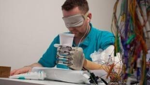O amputado Dennis Aabo Sorensen, de olhos vendados durante os testes que com a prótese que lhe restituiu o tato.