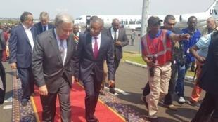 Arrivée à Goma, en RDC, du secrétaire général de l'ONU, Antonio Guterres (G), accueilli par le gouverneur de la province du Nord-Kivu, Carly Nzanzu Kasivita (D).