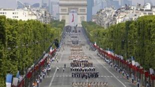 Tropas militares marcharam ao longo da avenida Champs-Elysées, em Paris, no maior desfile militar da França.