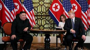 Lãnh đạo Bắc Triều Tiên Kim Jong Un (T) và tổng thống Mỹ Donald Trump (P) trong cuộc họp song phương tại thượng đỉnh Mỹ-Bắc Triều Tiên lần thứ hai, Hà Nội, ngày 28/02/2019.