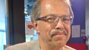 El director del Coro Staccato, Marco Antonio Ugalde, en los estudios de Radio Francia Internacional en París