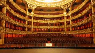 艺术家夏卡尔于1965年完成对绘制音乐厅的天花板 呈现欢快靓丽场景 带给歌剧院加入新的元素