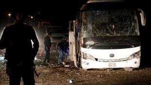 Египетские полицейские около взорванного автобуса, 28 декабря 2018 г.