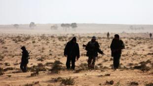 Insurgentes líbios perto da cidade de Ajdabiyah, no dia 21 de março.