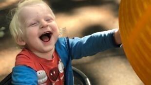 В России родители детей с редким синдромом Ангельмана объединились в группу в Whatsapp и надеются создать собственную организацию.