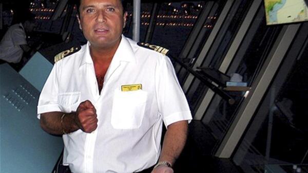 Capitão do navio Costa Concordia, Francesco Schettino, afirma ter informado imediatamente a companhia Costa após perceber o problema no navio.