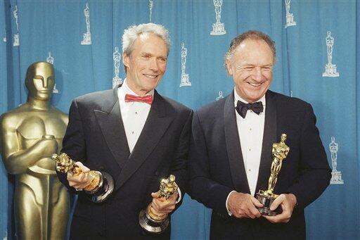 """Клинт Иствуд и и его актер в фильме """"Непрощенный"""" Джин Хэкмен на церемонии """"Оскаров"""" 29 марта 1993 г."""