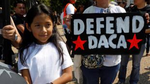 Apoiadores do programa Daca, que protege crianças e menores, trazidos via imigração ilegal para os EUA, protestam na frente da Casa Branca, a 5 de Setembro de 2017.
