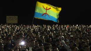 2016年10月30日晚上,幾千摩洛哥人在北部城市胡塞馬( Al-Hoceima)參加魚販Mourcine Fikri的葬禮後在街頭示威抗議。