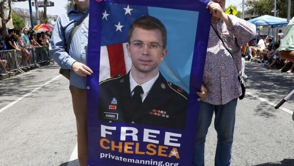 Apoiadores de Manning fazem protesto para pedir a libertação da ex-soldado, que mudou de sexo e agora é mulher.
