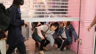 Người đi sắm đồ từ Hoa lục chạy trốn người biểu tình ở trung tâm thương mại trong khu Thượng Thủy ngày 28/12/2019.