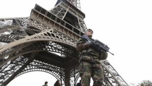 Un militaire français en patrouille devant la Tour Eiffel, le 14 novembre 2015.
