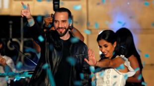 Nayib Bukele celebra con su esposa Gabriela su victoria, este 3 de febrero de 2019 en San Salvador.