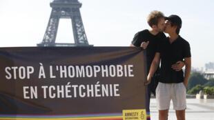 Акция Amnesty International в Париже в поддержку чеченских геев. Май 2017 г.