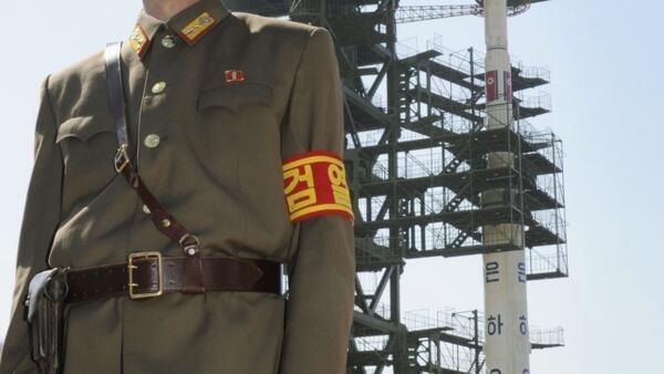 Soldado vigia foguete norte-coreano, perto da capital, Pyongyang