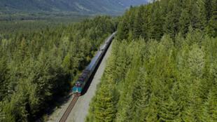 La construction de la ligne du Transcanadien, achevée en 1885, s'est faite à la dynamite à travers les Rocheuses.
