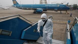 Nhân viên khử trùng máy bay của hàng hàng không Vietnam Airlines tại sân bay Nội Bài, Hà Nội, ngày 21/02/2020.