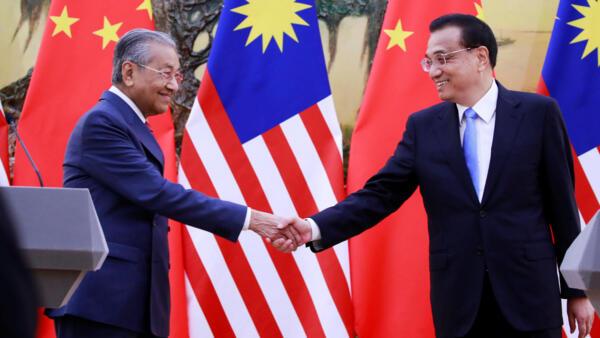 Thủ tướng Trung Quốc Lý Khắc Cường (P) bắt tay đồng nhiệm Malaysia Mahathir Mohamad, trong cuộc họp báo chung tại Bắc Kinh, ngày 20/08/2018