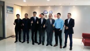 O brasileiro Rodrigo Mantovani(direita) é o diretor de Vendas para o Norte da China da Volkswagen.