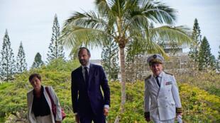 Primeiro-ministro francês, Edouard Philippe, rodeado da ministra do Ultramar, Annick Girardin, e do alto comissário  da República em Numeia,Thierry Lataste