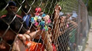 Des migrants attendent un bus pour un retour à Mexico, le 23 juillet 2019.