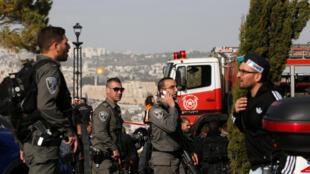 Forças de segurança israelenses cercam o local quatro militares morreram atropelados neste domingo (8) em Jerusalém.