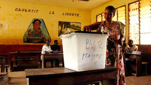 Opération de vote à Conakry, en Guinée, le 4 février 2018.