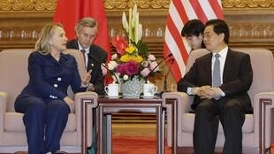 US Secretary of State Hillary Clinton (L) talks to China's President Hu Jintao (R) during a meeting in Beijing, 4 May 2012