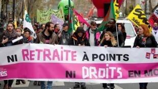 法国工会组织罢工游行抗议退休制度改革。