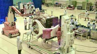 Des scientistes de l'Agence spatiale indienne (ISRO) préparent la mission Chandrayaan-2 à Bangalore, le 12 juin 2019.