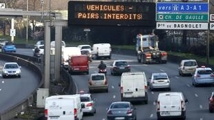 """Electronic road sign reads, """"Road traffic forbidden for even-numbered licence plates"""", Paris ring road, 23 March 2015."""