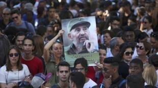 Des étudiants de l'université de la Havane rendent hommage à Fidel Castro avec une affiche «Merci pour tout, Commandant», le 28 novembre à La Havane.