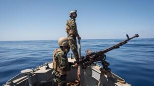 Des gardes-côtes libyens patrouillent en mer, entre les villes de Sabratha et Zawiyah.