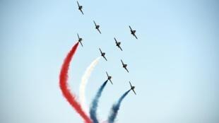 Caças franceses sobrevoam a cerimônia de inauguração do novo Canal de Suez.