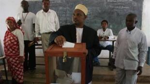Le vice-président sortant Ikililou Dhoinine (C) dépose son bulletin au bureau de vote de Fomboni, en novembre 2010.