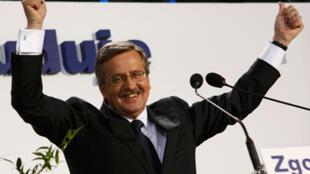 波兰执政党候选人科莫罗夫斯基在总统大选中获胜