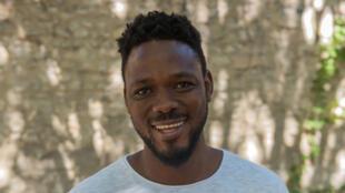 Mawusi Agbedjidji, lors des lectures. TRANSE-MAITRE[S] de Mawusi Agbedjidji. Ça va, ça va le monde! Festival d'Avignon 2019.