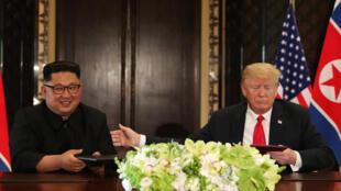 Le leader nord-coréen Kim Jong-un et le président américain Donald Trump, peu après le signature d'un document commun, le 12 juin à Singapour.