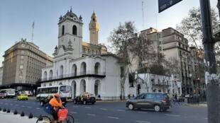 Livreur de la société Rappi dans les rues de Buenos Aires en Argentine.