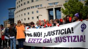 """Manifestantes reunidos do lado de fora do Supremo Tribunal de Navarra, com uma faixa que diz """"Não é não! Justiça!"""", em Pamplona (Espanha)."""