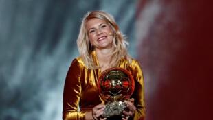 Ada Hegerberg al recibir el Balón de Oro femenino 2018.