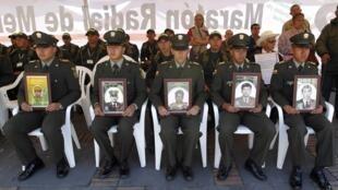 Các cảnh sát Colombia và chân dung các đồng nghiệp bị Farc bắt cóc, trong một cuộc biểu tình tại Bogota ngày 23/02/2012