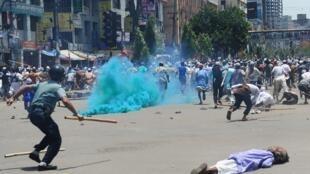 Violents affrontements entre policiers et islamistes, lors de la manifestation anti-blasphème à Dacca, au Bangladesh, le 5 mai 2013.