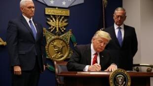 Donald Trump assinou uma nova versão do seu decreto migratório em 6 de março de 2017