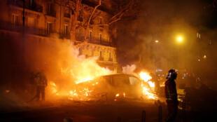 Los chalecos amarillos ocasionaron casi 200 incendios en la ciudad que fueron atendidos por los bomberos.