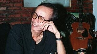 Nhạc sĩ Trịnh Công Sơn tại nhà riêng ở Sài Gòn  ( Ảnh chụp không ghi chú thời điểm)